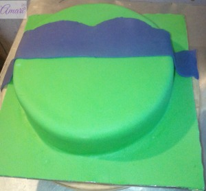 placing-bandanna-on-cake-amari-cake-tutorial-tmnt