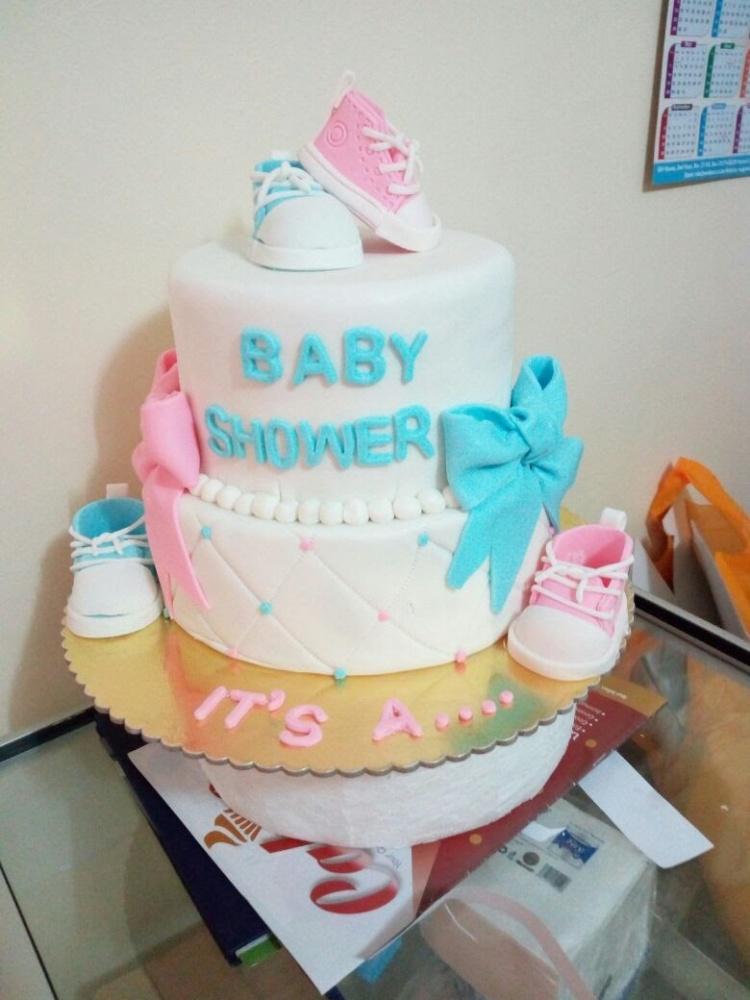 Baby shower cake by Pamela